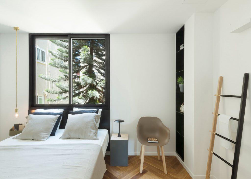 08-visita-guiada-piso-de-madeira-aquece-interiores-de-apartamento-branco
