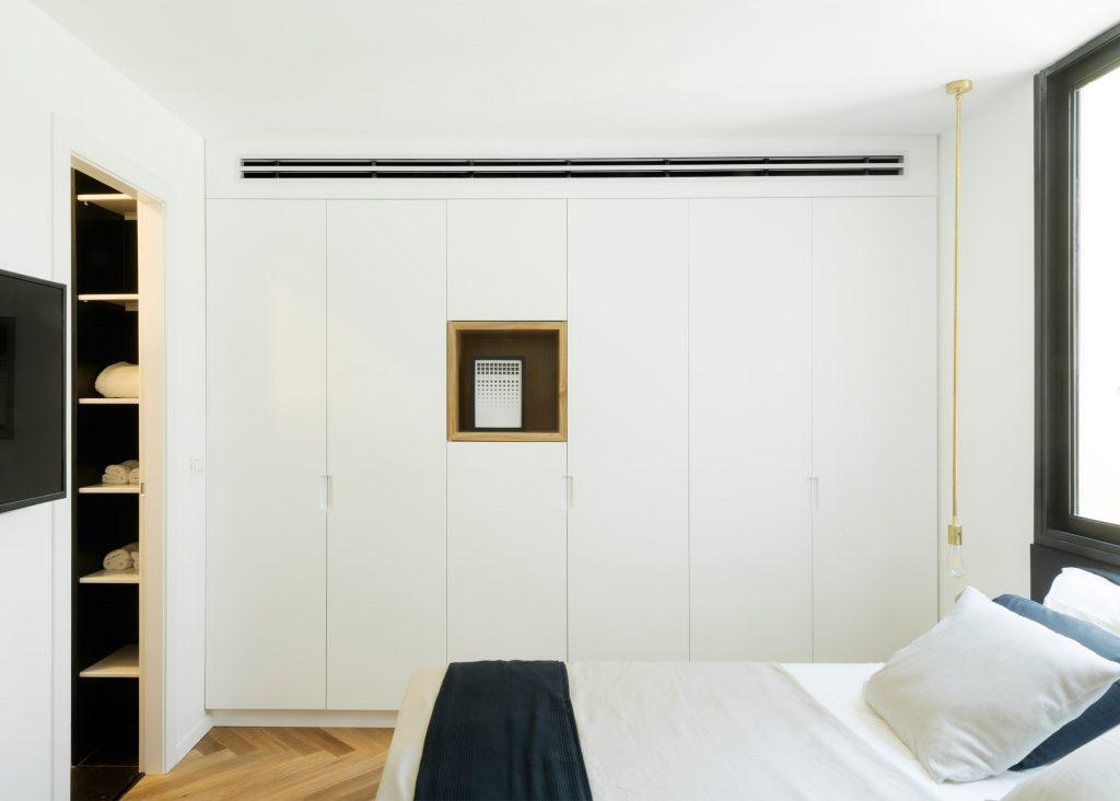 09-visita-guiada-piso-de-madeira-aquece-interiores-de-apartamento-branco