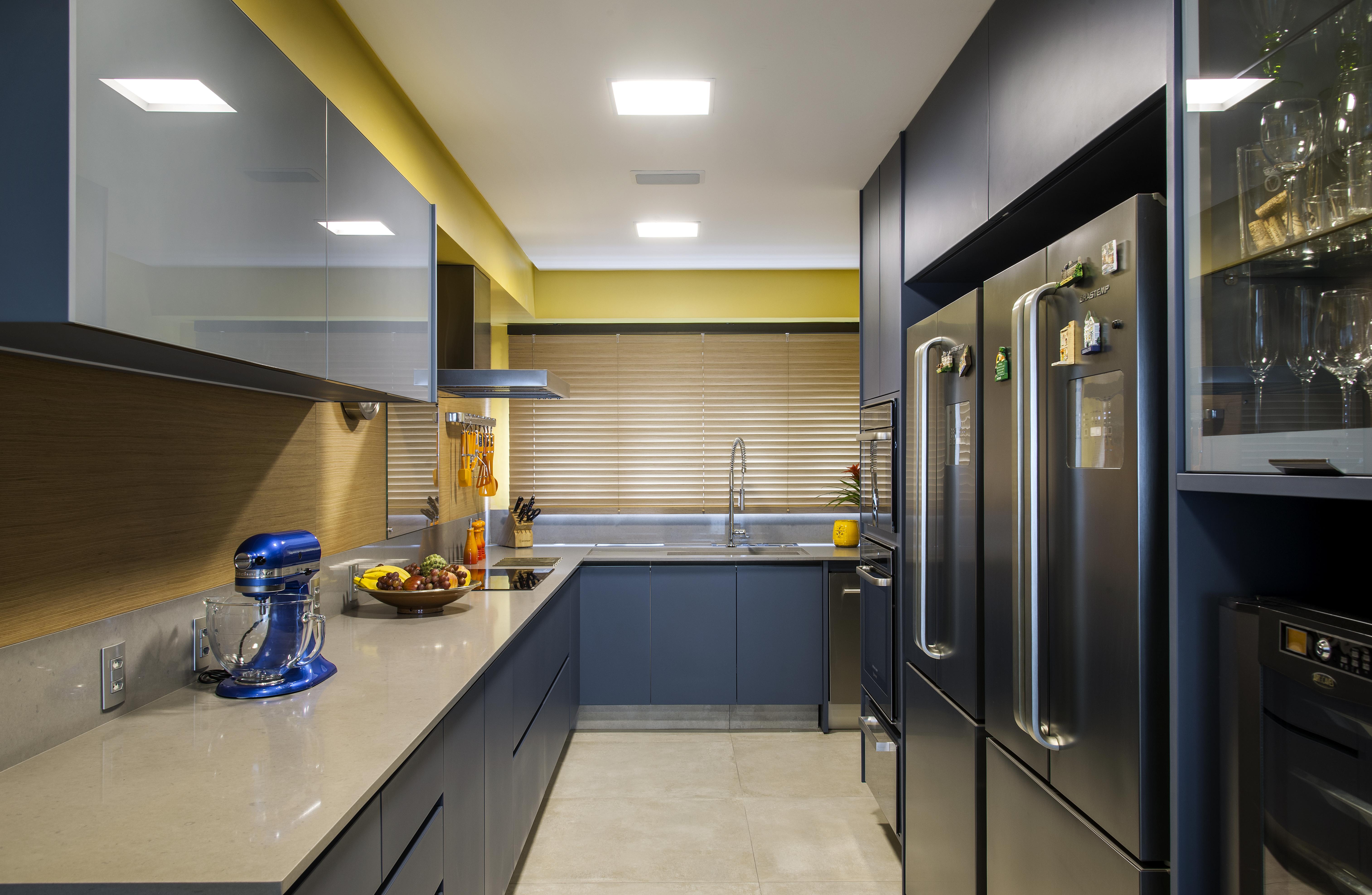 1-cozinha-com-tons-vibrantes-de-azul-e-amarelo