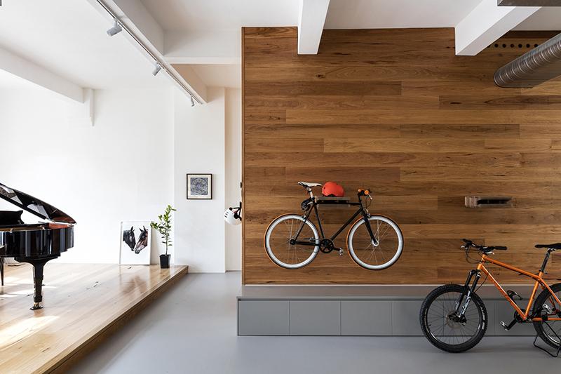 10-apartamento-mescla-estilo-escandinavo-e-industrial-suportes-para-bicicletas