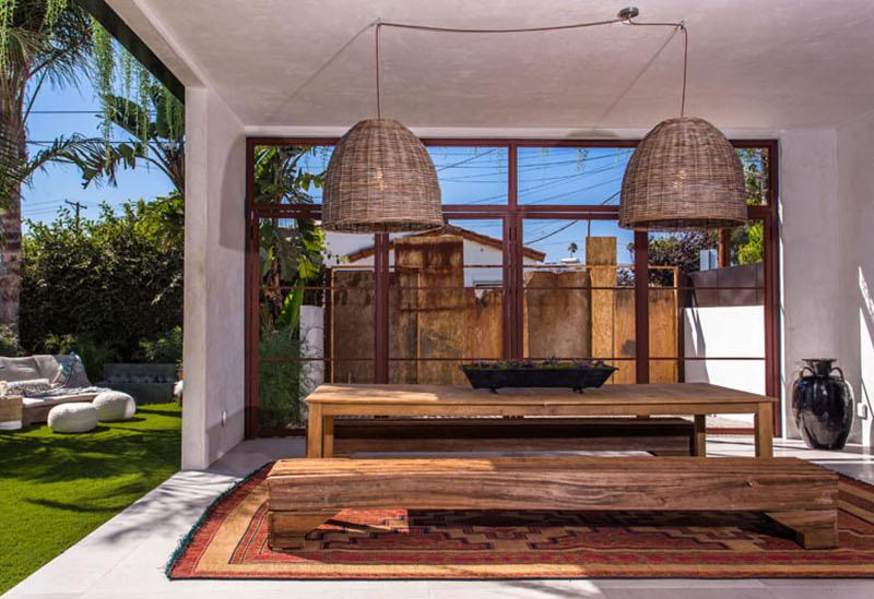 10-casa-com-decor-tropical-mistura-plantas-e-detalhes-dourados