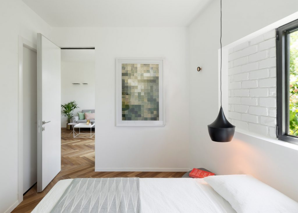 10-visita-guiada-piso-de-madeira-aquece-interiores-de-apartamento-branco