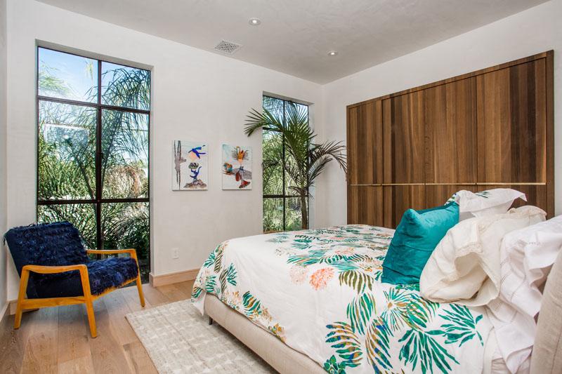 11-casa-com-decor-tropical-mistura-plantas-e-detalhes-dourados