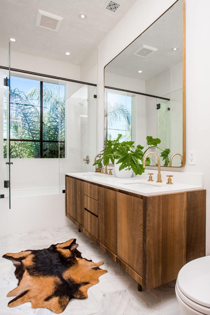 12-casa-com-decor-tropical-mistura-plantas-e-detalhes-dourados