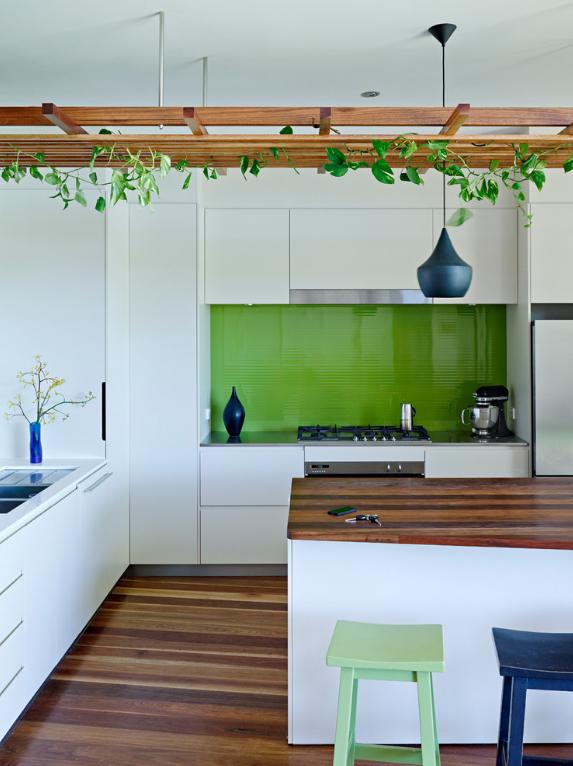 2-como-decorar-usando-trepadeiras-e-vasos-pendurados