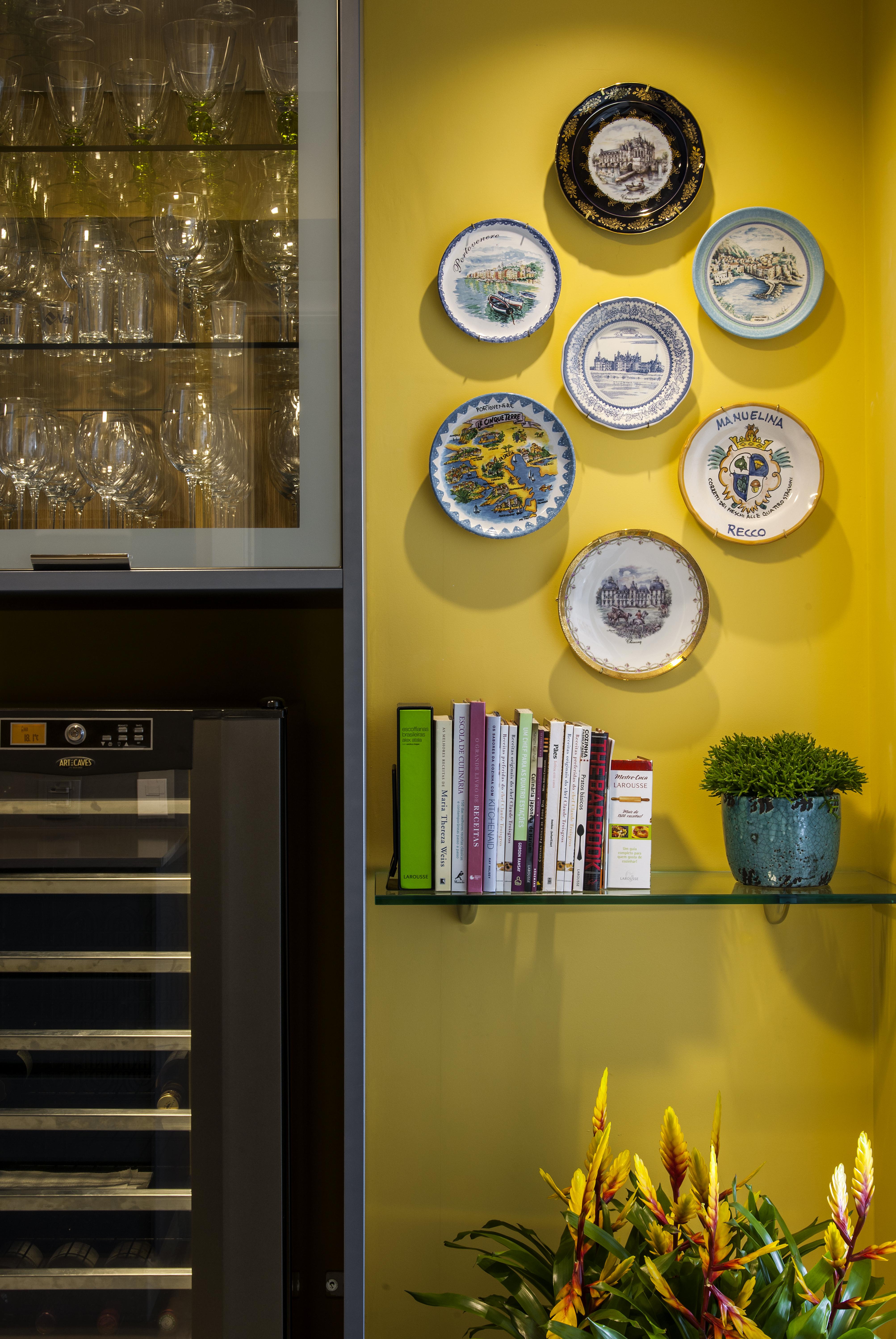 3-cozinha-com-tons-vibrantes-de-azul-e-amarelo