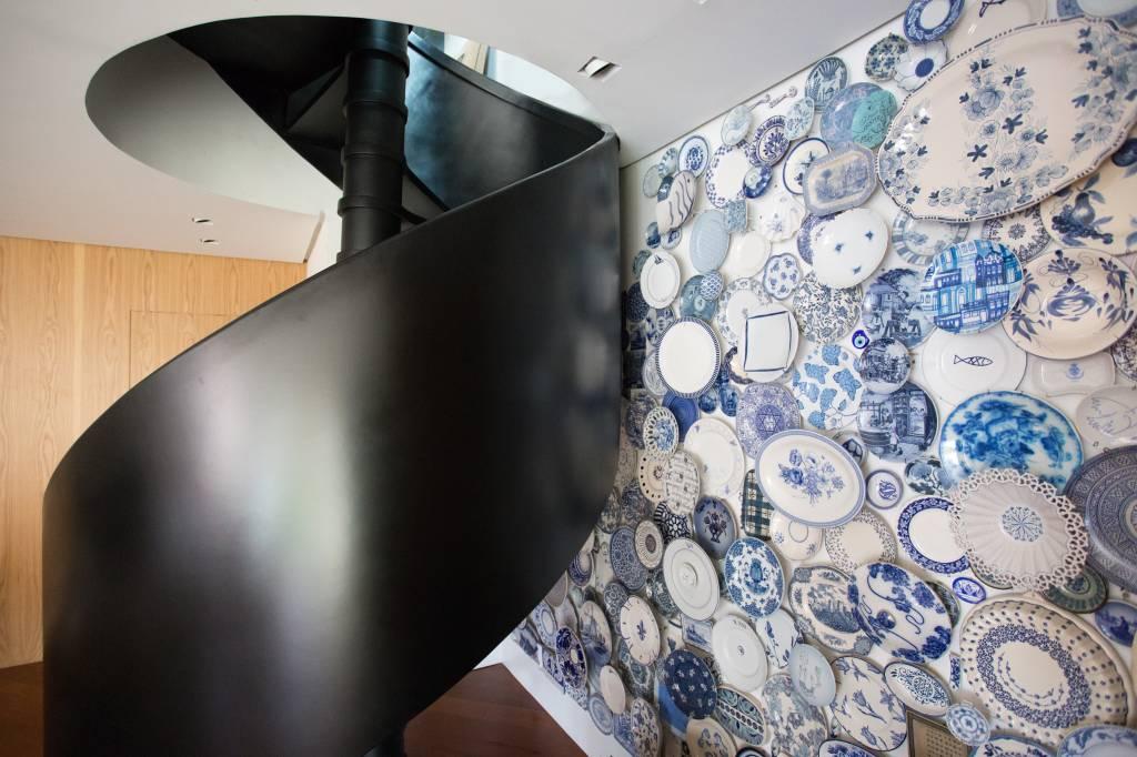 3-living-com-painel-de-pratos-de-porcelana-azul