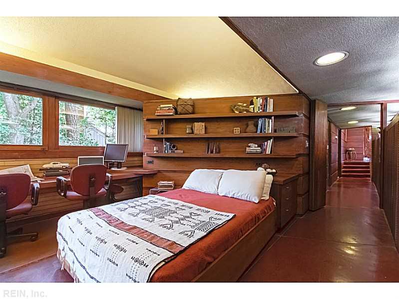 quarto-piso-concreto-vermelho-cabeceira-prateleira-de-madeira-Frank-Lloyd-Wright