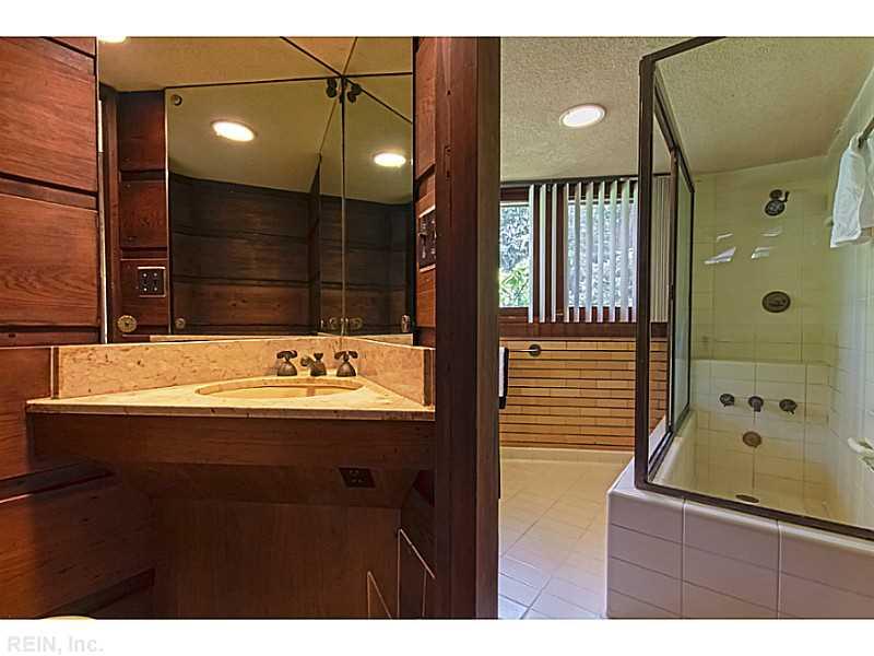 banheir-madeira-tijolos-e-azulejos-brancos-Frank-Lloyd-Wright