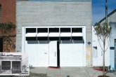 Na fachada, a arquiteta sobrepôs pranchas de concreto usinado (Concremix) à...