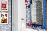 banheiro-com-papel-de-parede-azul-e-espelho-azul-e-dourado