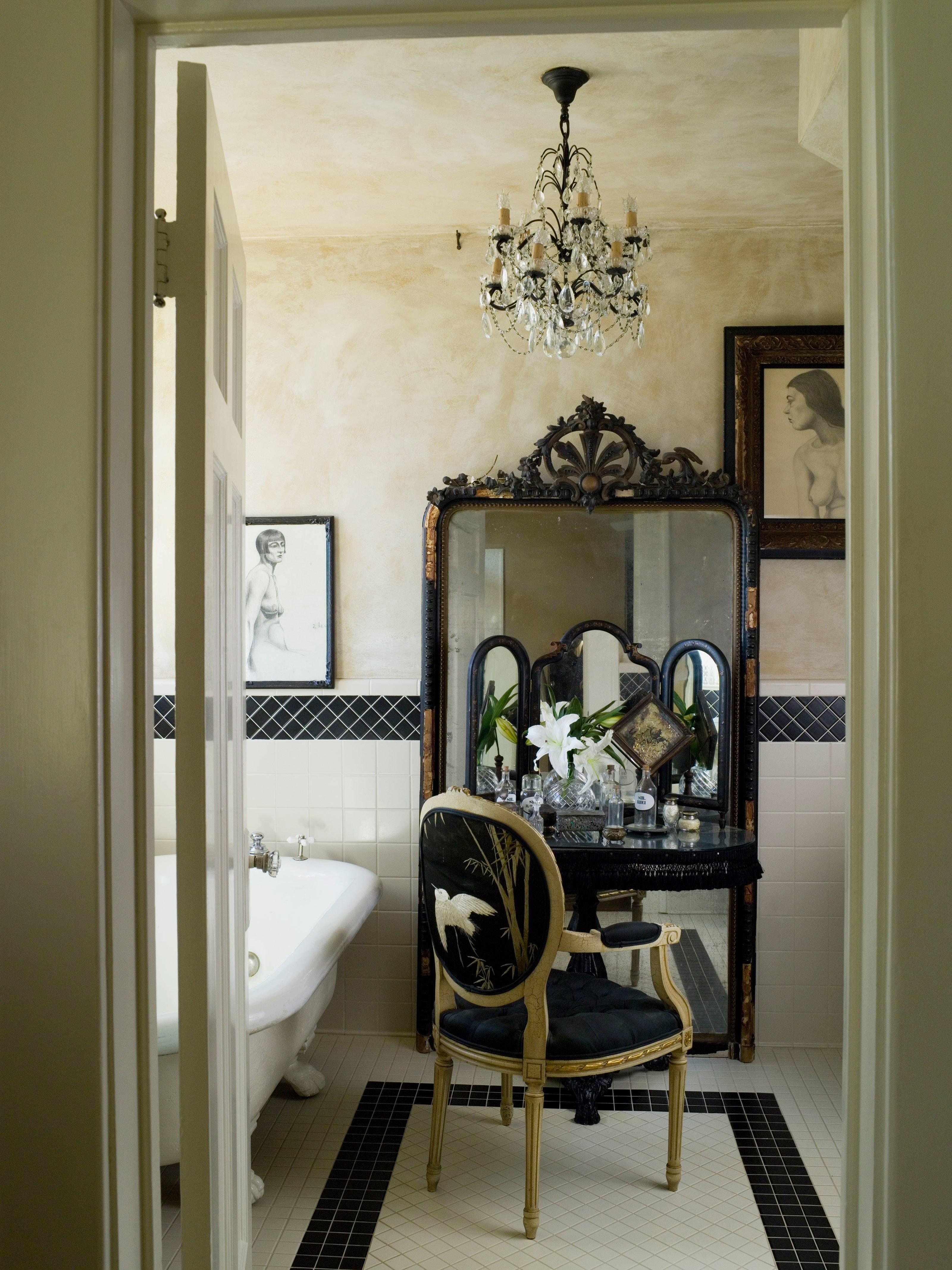 banheiro-frances-com-penteadeira-e-grande-espelho-no-chao