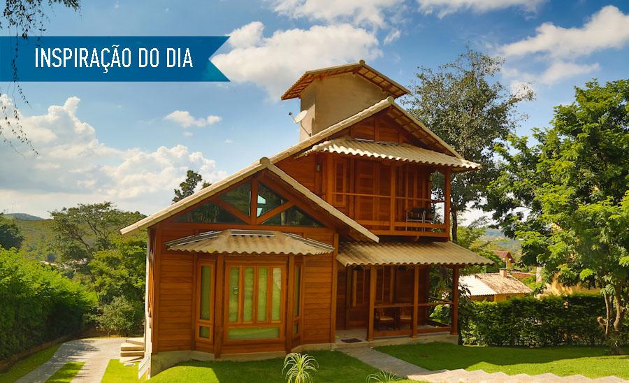 casa-com-fachada-de-madeira-em-meio-ao-verde