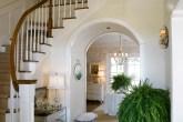 casa-francesa-branca-com-piso-marrom-luminária-luxuosa-gabinete-espelhado
