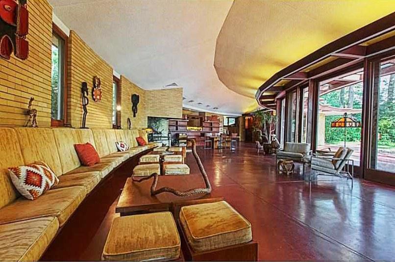 casa-interior-fachada-de-vidro-curva-sofa-de-12-metros-Frank Lloyd Wright