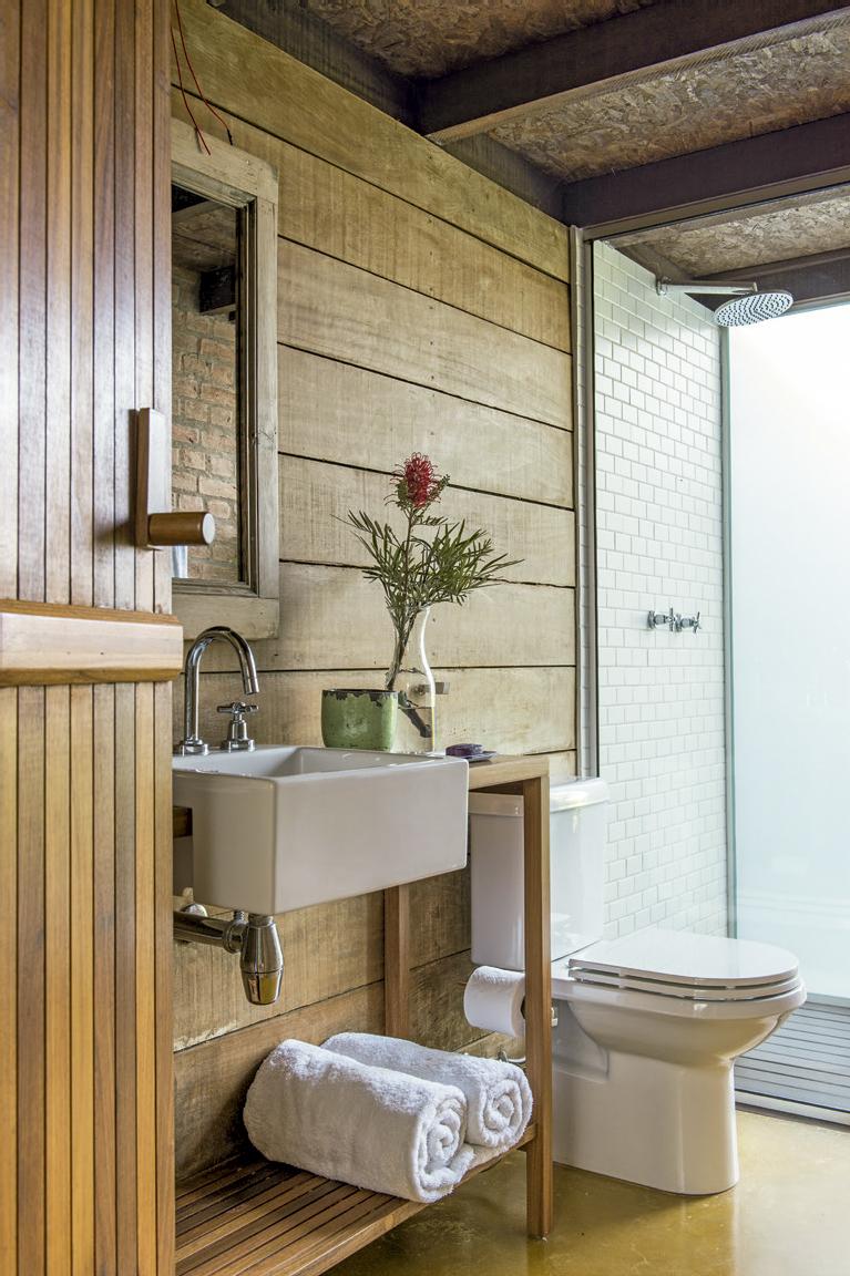 casa-nas-montanhas-banheiro-de-madeira