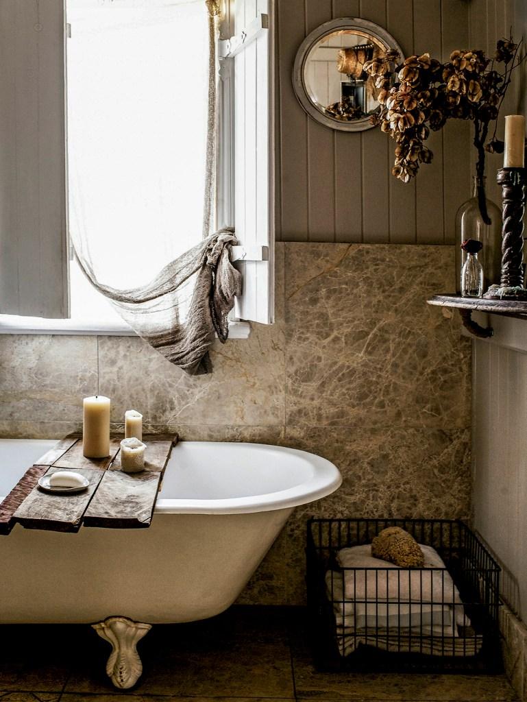 banheiro-kara-rosenlund-rustico-com-tons-neutros