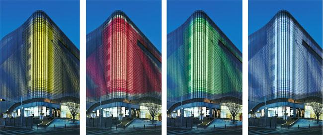 Cores e formas reproduzidas por mais de 22 mil leds envolvem a arquitetura do...