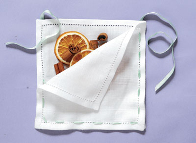 Monte o sachê: sobreponha e alinhe os guardanapos. Combine recheios, como la...