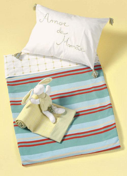 Vista o berço com o lençol Jogo da Velha da Dip en Dap (134 reais, duas pe�...