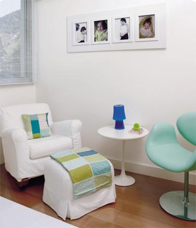 A poltrona branca é Art & Pano, a mesa é Saarinen e o quadro com fotos é d...