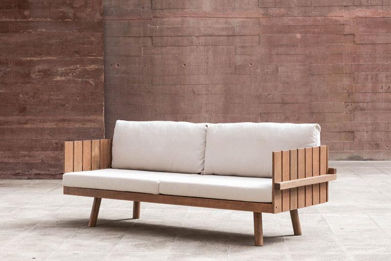 O sofá Mangaratíbe, de Claudia Moreira Salles, feito de eucalípto com almofadas em lona