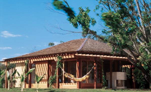 Toda a estrutura da construção utiliza apenas madeira nativa proveniente de...
