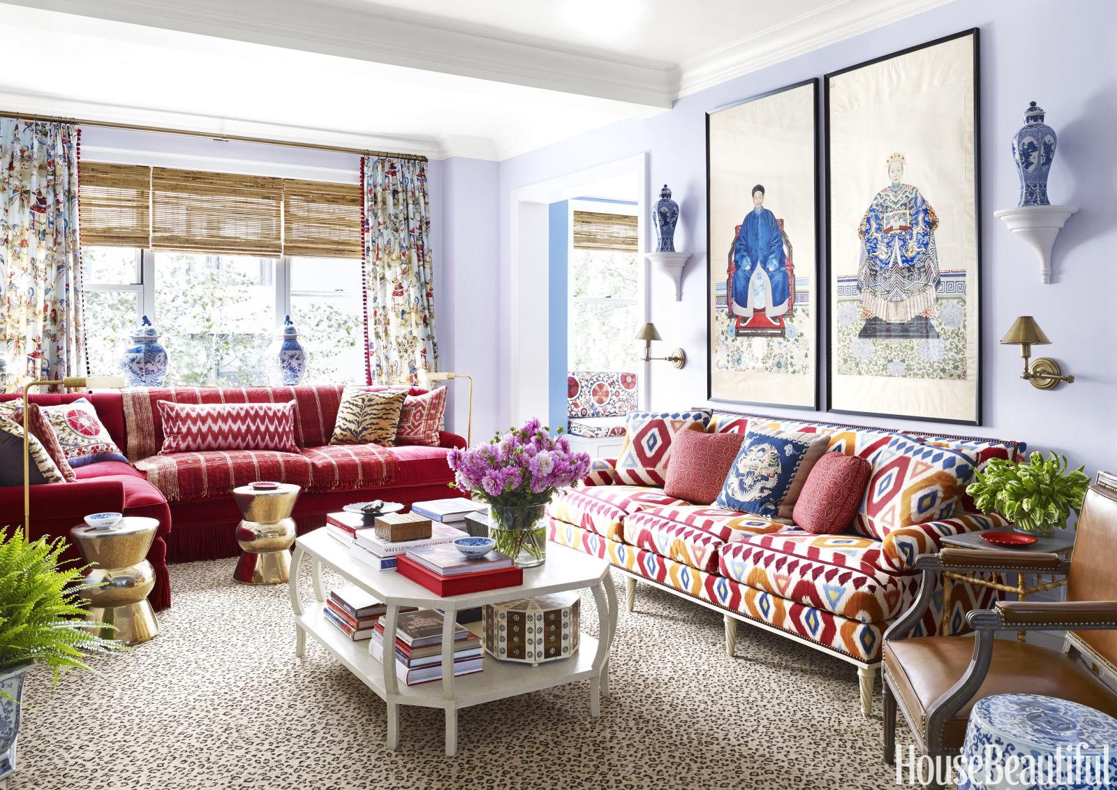 sala-com-sofa-vermelho-estampado-parede-lilas