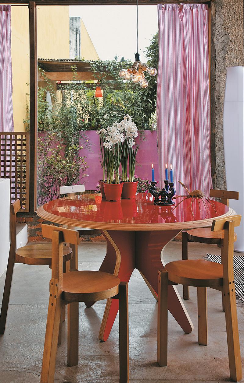 Sala de jantar com mesa Eclipse, desenho de Paulo, e cadeiras Girafa de Lina Bo Bardi, cortina da Leroy Merlin, casa de Paulo Alves, arquiteto e designer