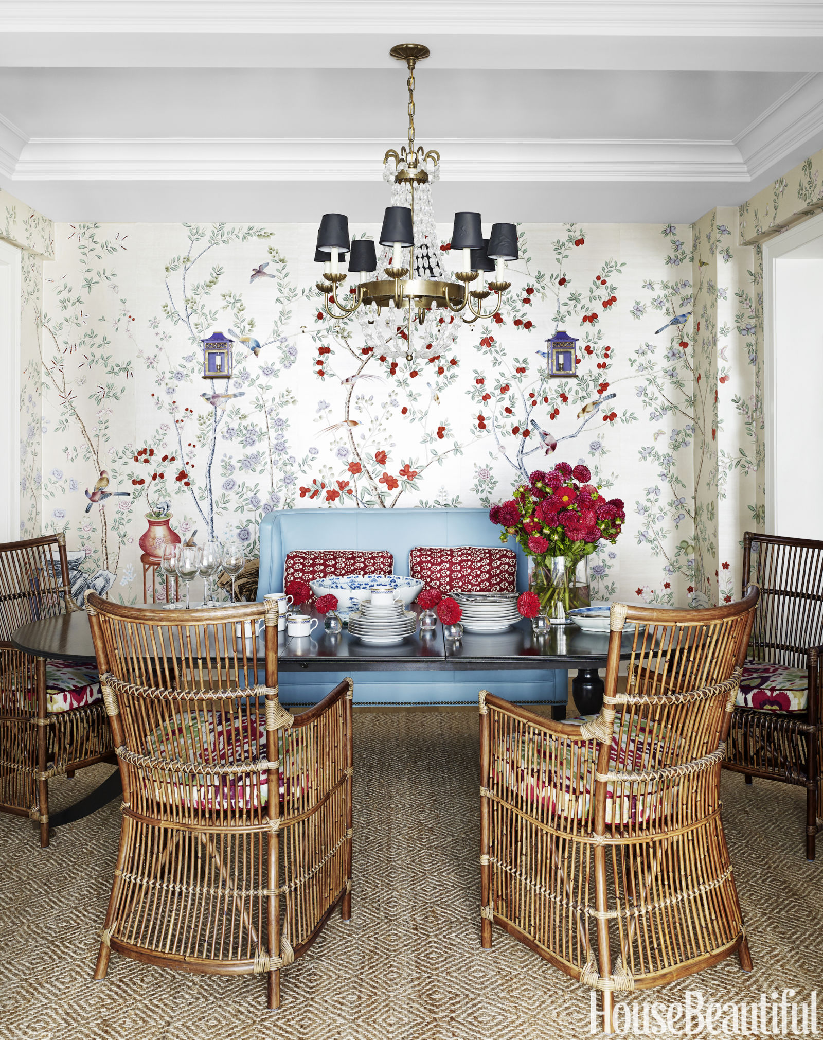 sala-de-jantar-com-papel-de-parede-de-jardim-cadeiras-de-bambu-sofa-azul-de-couro