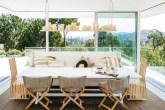 sala-de-jantar-com-sofa-e-uma-prateleira-pendente-com-velas