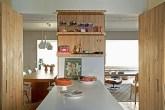 um-apartamento-com-as-paredes-revestidas-de-pinus-sim-todas-elas-10
