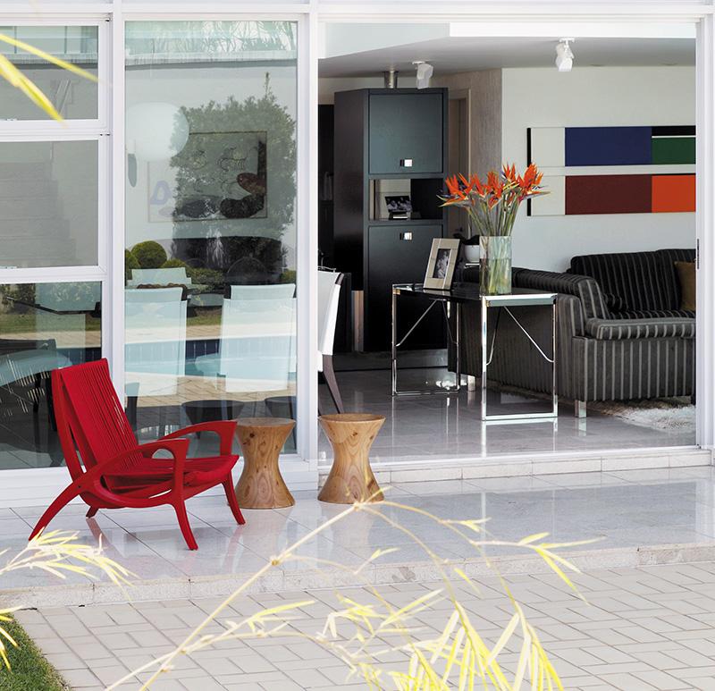 Varanda com poltrona Elis e banquetas Mass, do designer Jader Almeida, Stampa, na casa projetada pelo arquiteto José Daher