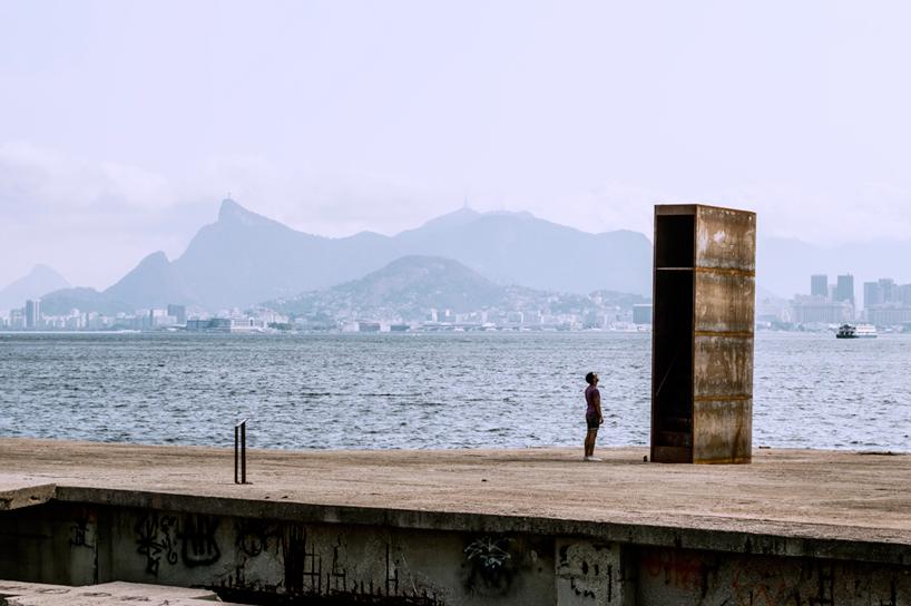 01-instalacao-homenageia-o-horizonte-carioca-na-baia-da-guanabara