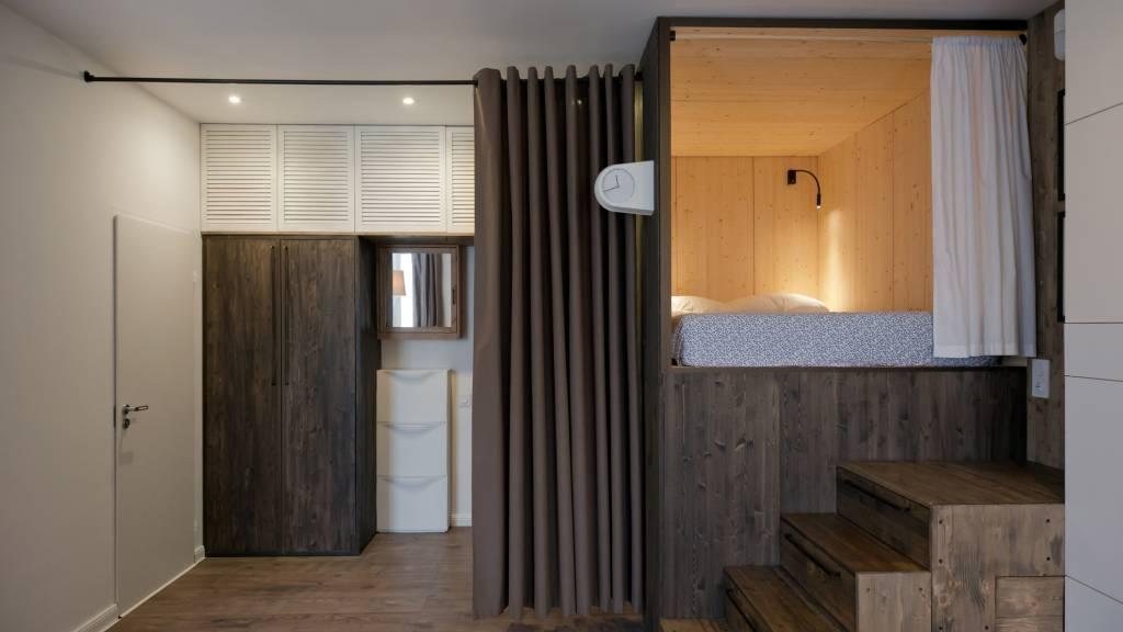 01neste-apartamento-a-cama-foi-instalada-em-uma-caixa-de-madeira