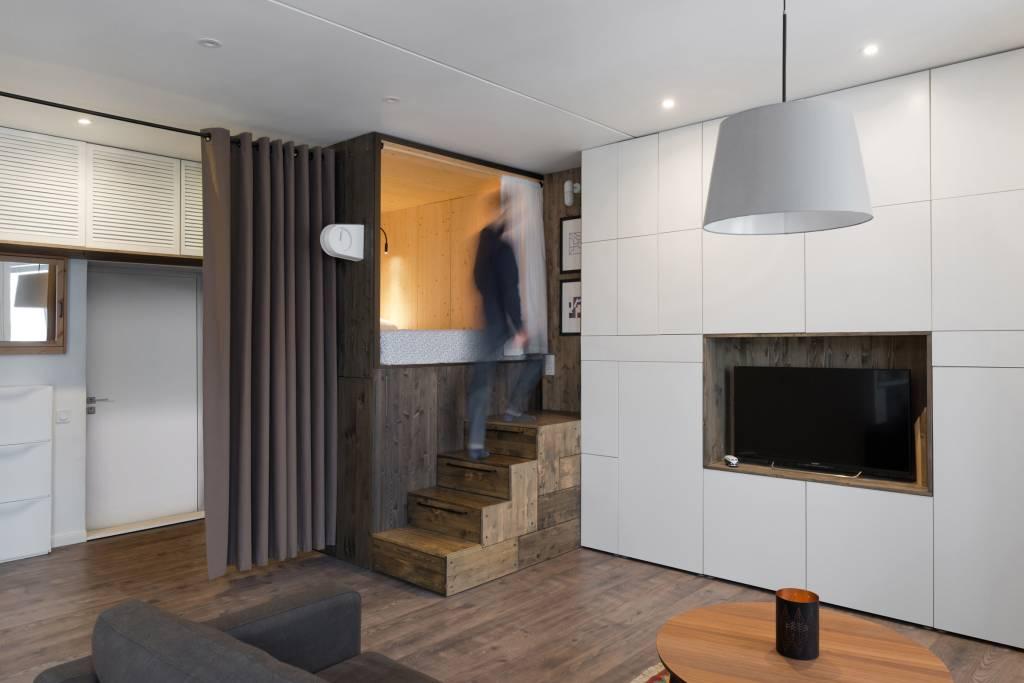 02neste-apartamento-a-cama-foi-instalada-em-uma-caixa-de-madeira
