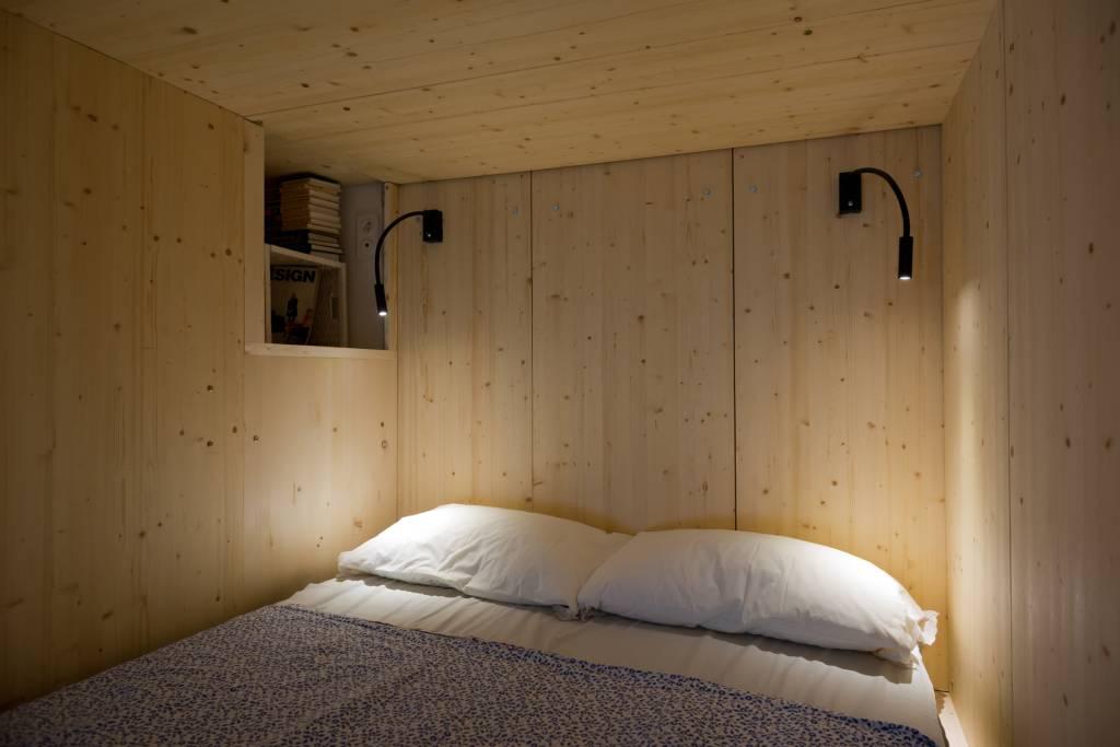 04neste-apartamento-a-cama-foi-instalada-em-uma-caixa-de-madeira