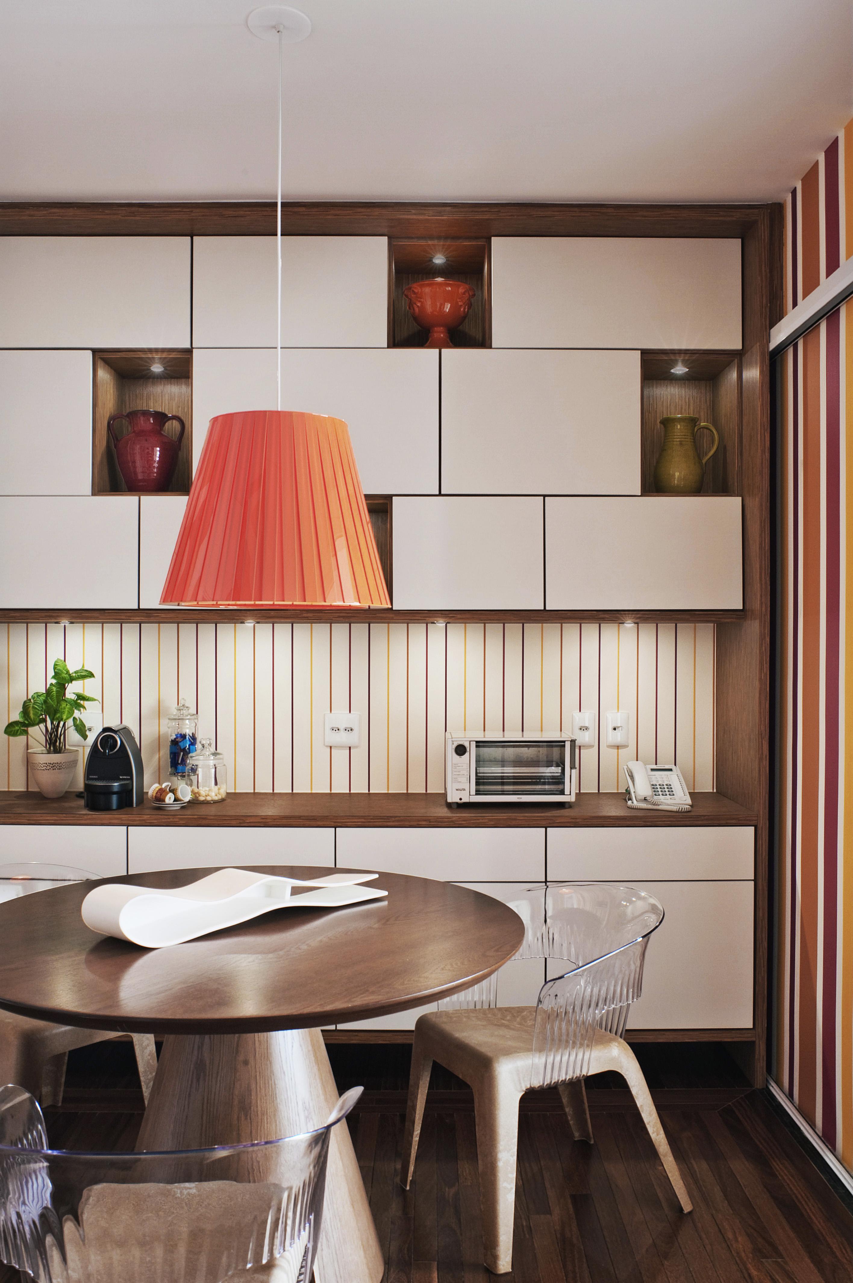 1-cozinha-com-toques-de-cor-vibrante-na-decoracao