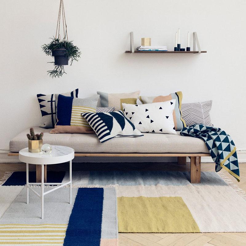 1-sala-de-estar-com-azul-marinho-e-tons-neutros