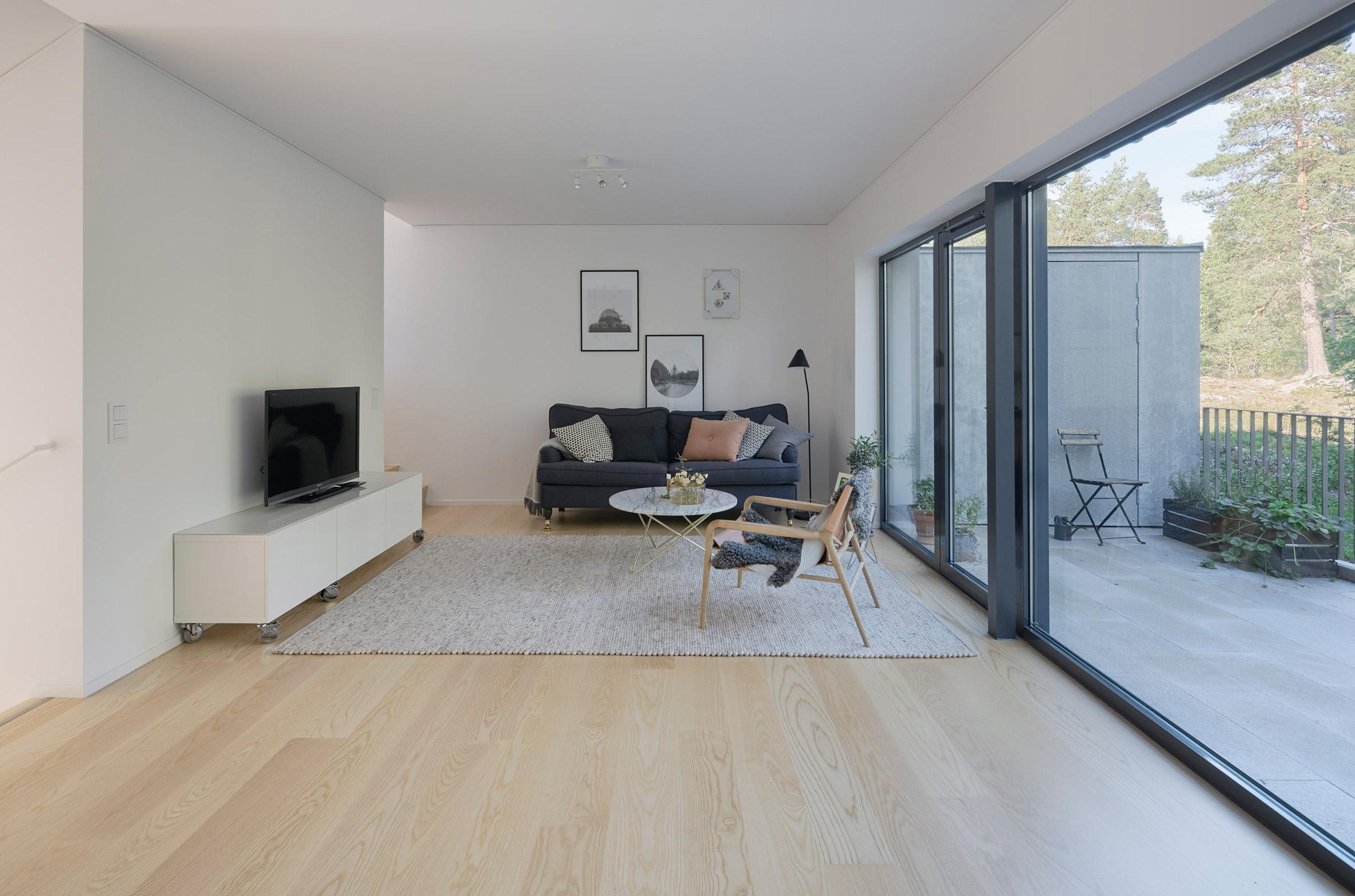 1-sala-de-estar-integrada-a-varanda-com-paisagem-para-floresta