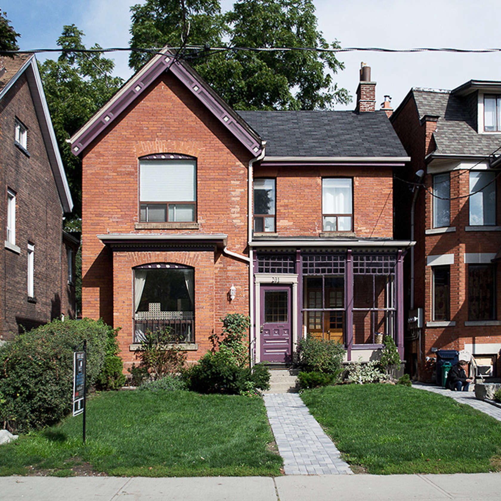 2-casa-no-canada-recebe-reforma-para-integrar-as-areas-comuns-fachada