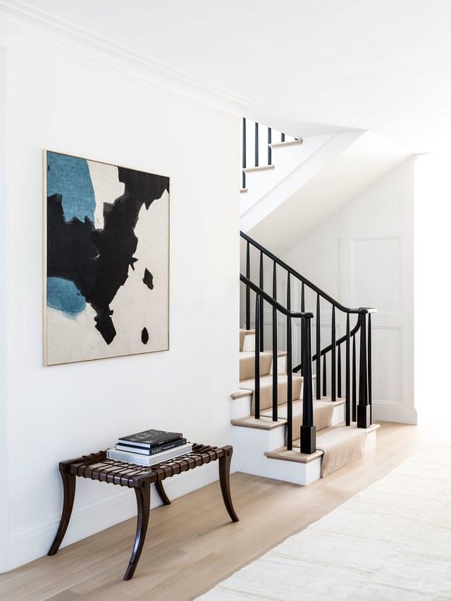 3-casa-em-beverly-hills-com-paleta-de-cores-neutra-pecas-de-design-escada