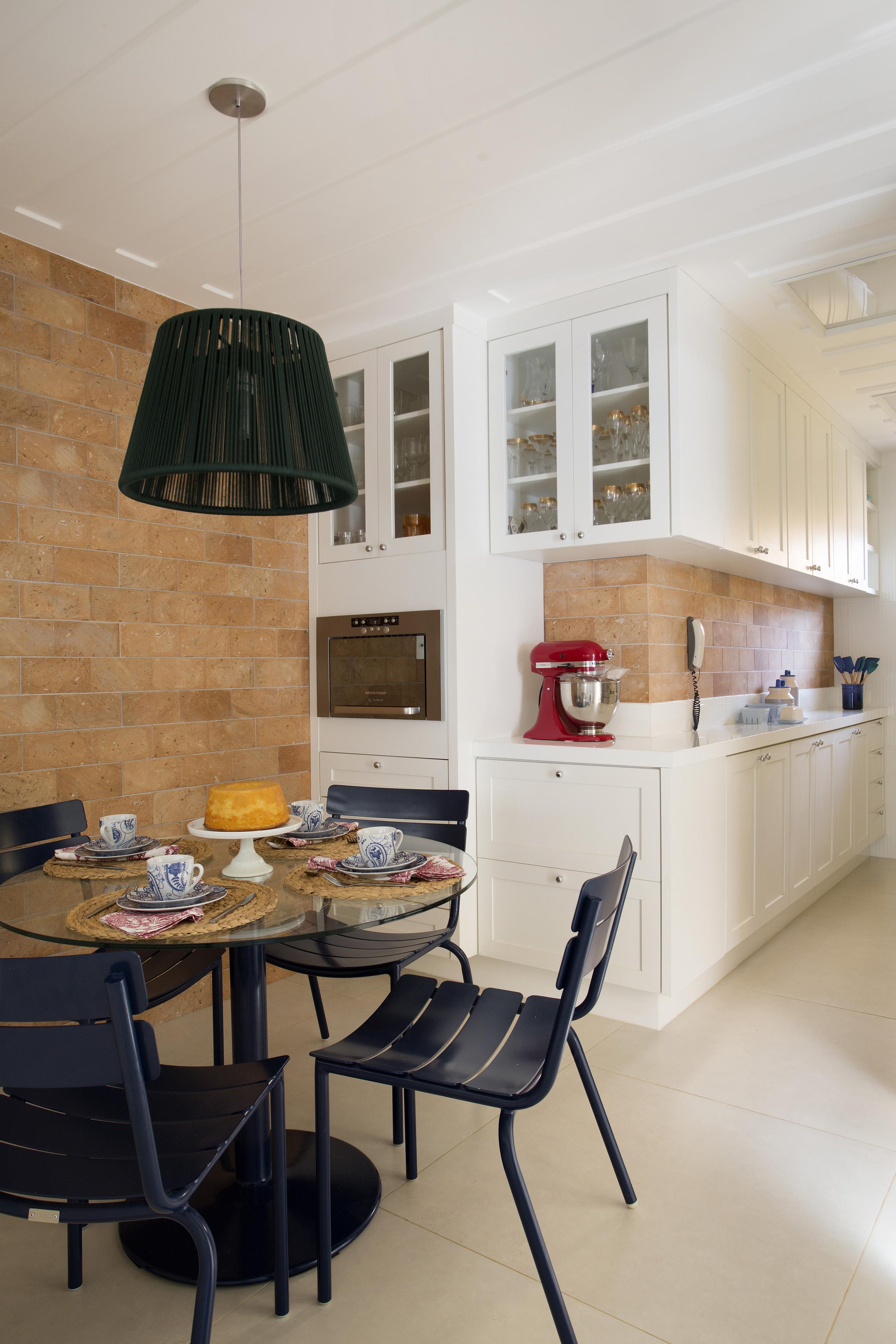 3-casa-em-buzios-foi-inspirada-no-glamour-nautico-dos-hamptons-cozinha