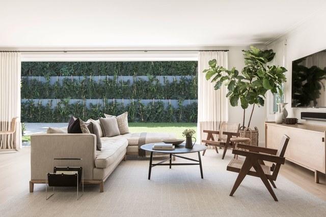 6-casa-em-beverly-hills-com-paleta-de-cores-neutra-pecas-de-design-sala-de-estar