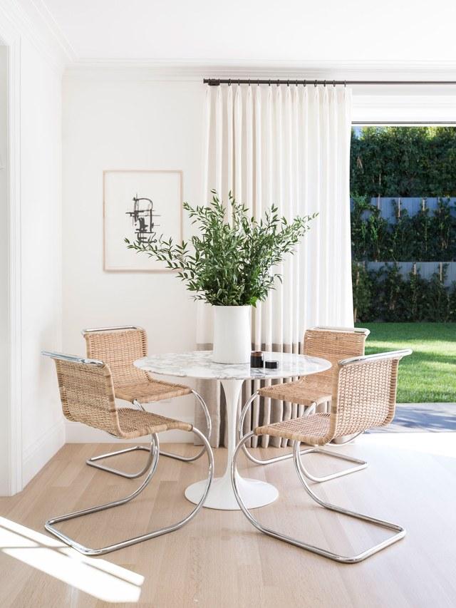 7-casa-em-beverly-hills-com-paleta-de-cores-neutra-pecas-de-design-mesa