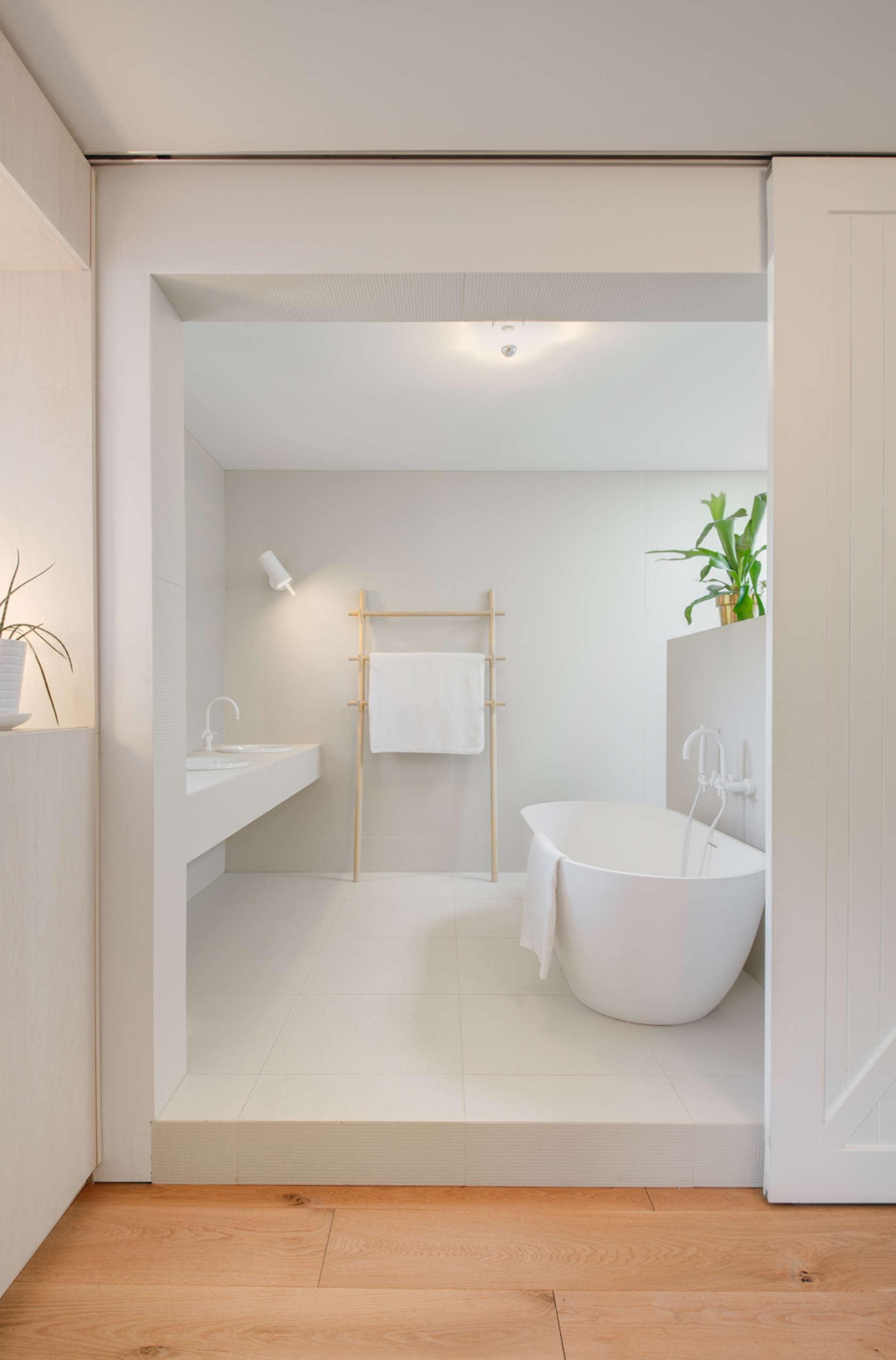 8-casa-no-canada-recebe-reforma-para-integrar-as-areas-comuns-banheiro