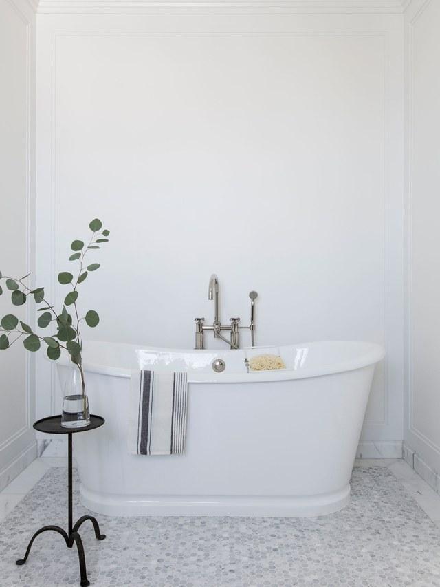 9-casa-em-beverly-hills-com-paleta-de-cores-neutra-pecas-de-design-banheiro