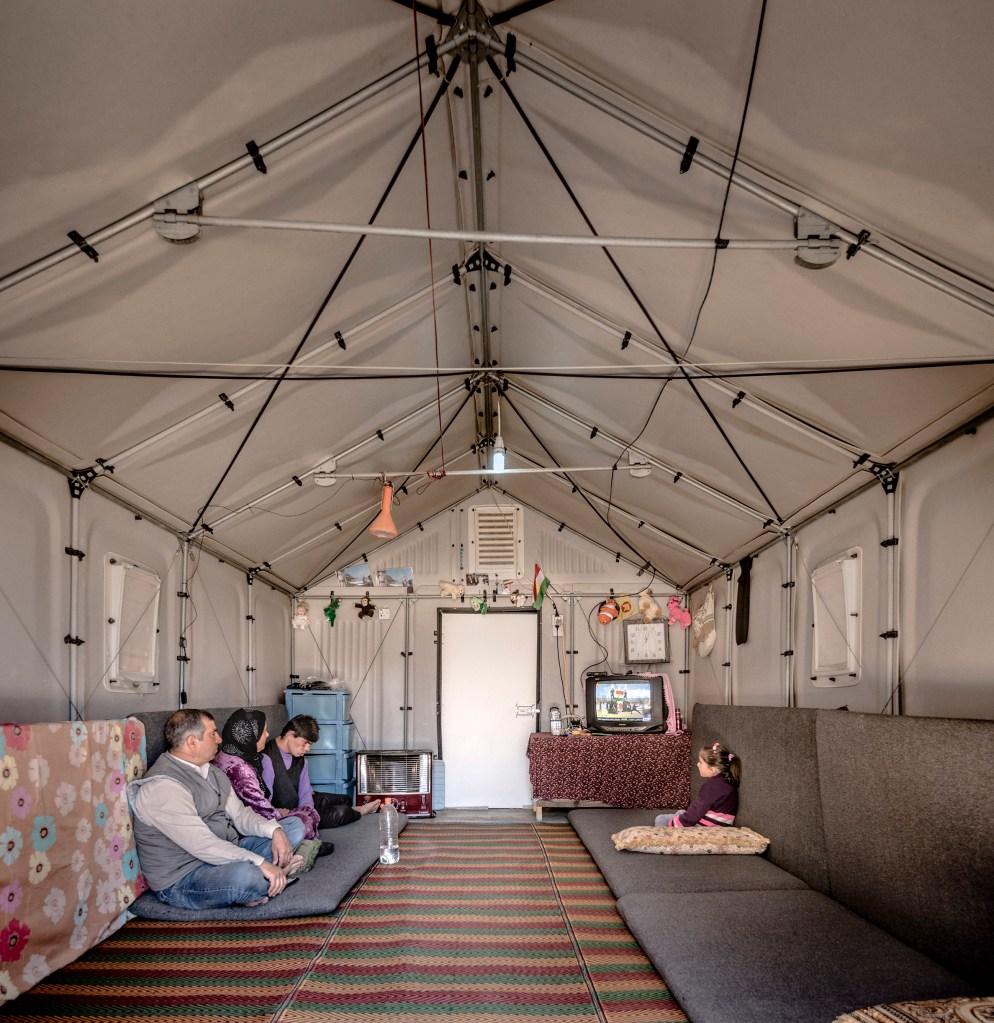 Da IKEA, o The Better Shelter foi vencedor na categoria de arquitetura do prêmio Beazley de 2016, mas passou por uma reformulação para melhorar a acessibilidade e diminuir risco de incêndio. A missão do projeto foi criar uma estrutura temporária que integrasse dignidade e funcionalidade em 17,5 metros quadrados com o custo de 1250 dólares.