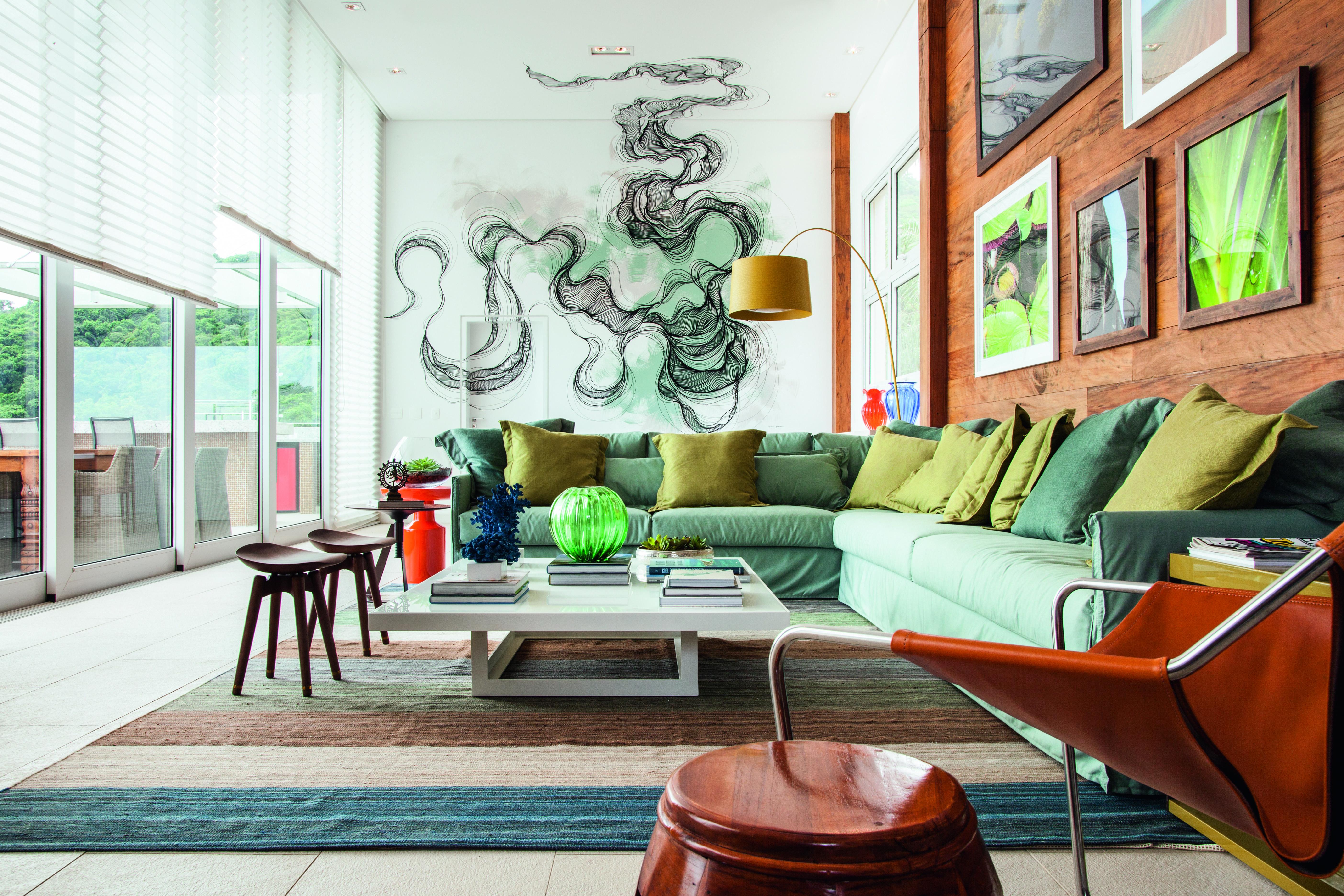 Sala com projeto do arquiteto Leonardo Junqueira e grafite de Giuliano Martinuzzo.