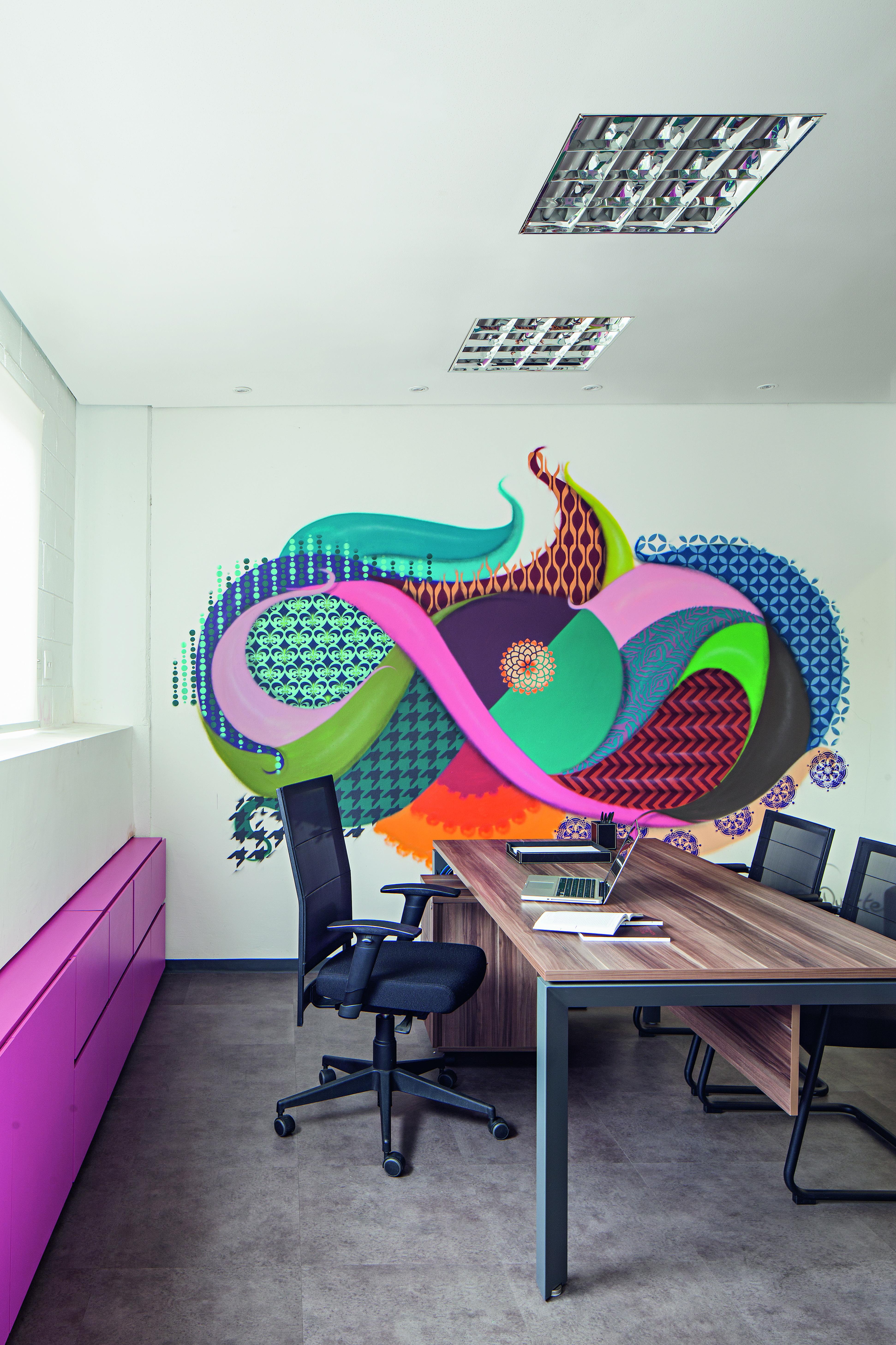 Grafite de Gen Duarte, no escritório da produtora Formata, em projeto dos arquitetos Alessandra Riera e Ana Paula Veirano, da R.A.P. Arquitetura.